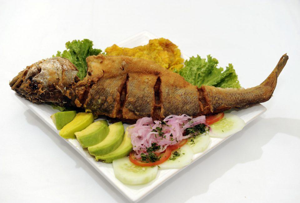 arroz con pescado frito