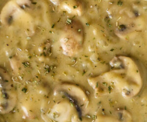 Así se elabora el gravy de champiñones típico de Ecuador